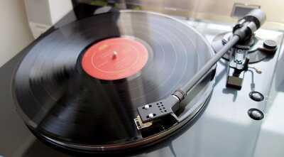 レコードをかけているところ