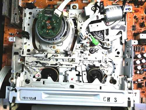 VHSビデオデッキ内部のメカ全景