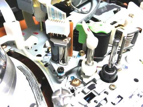 VHSビデオデッキ内部のメカ部分のCTR/オーディオヘッドとキャプスタン周辺