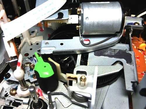 VHSビデオデッキ内部のメカ部分のファンクション用モーター