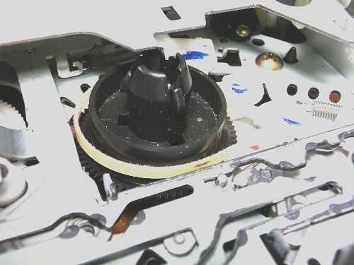 VHSビデオデッキ内部のメカ部分の供給リール台