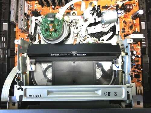 VHSビデオデッキ内部のメカ部分にテープがローディングされた全景