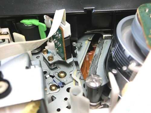 VHSビデオデッキ内部の巻取側ローディングアームにテープがかかっている様子