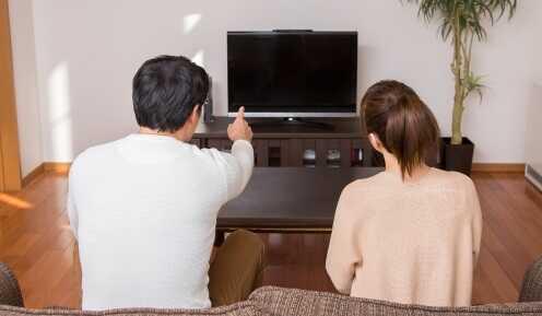 テレビを見る人たち